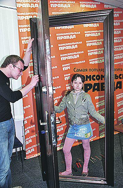 Эта дверь в два раза больше, чем пятиклашка, но весит всего 35 кило!