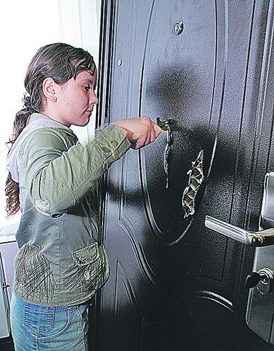 Эти пятнадцать сантиметров Татьяна преодолела за 30 секунд. Она с удивлением обнаружила, что под жестью находится обыкновенный картон. «Сталь» оказалась настолько мягкой, что с ней справилась 11-летняя девочка.
