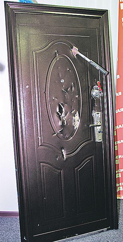 Чтобы открыть дверь, можно просто вырезать замки, и они вывалятся в руки взломщику. С этой задачей справится любая домохозяйка.